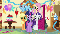 Twilight and company enter Sugarcube Corner S5E19