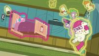 Twilight using magic on Aquamarine's bed S7E3