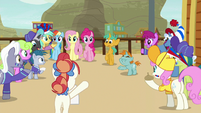 Fan ponies offering bits for autographs S9E6