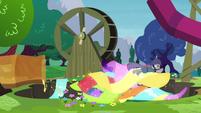 Maud races through pile of fabrics S4E18