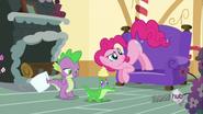 S03E11 Pinkie słucha Gummy'ego