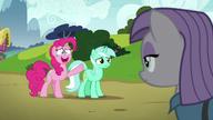"""S07E04 Pinkie wskazuje na """"kamień"""" w kształcie Lyry Heartstrings"""