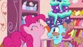 S06E06 Pinkie oblizuje Panią Cake z ciasta