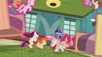Twilight Sparkle lowers ponies to the floor safely S7E3