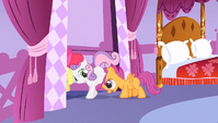 Scootaloo pushing her friends S1E23