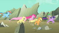Main ponies racing to the scene S01E19
