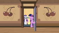 Twilight opening the door S02E14