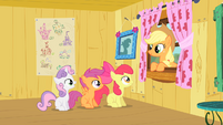 Applejack congratulating the CMC on the tree house S1E18