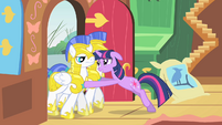 Twilight pushing guards out S1E22