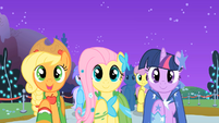 """Applejack, Fluttershy, and Twilight """"sell some apples"""" S01E26"""