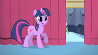 Twilight listens to the cheering audience S1E20
