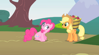 Pinkie Pie greeting Applejack S1E15