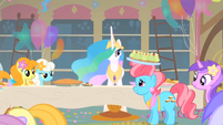 Mrs. Cake talks to Princess Celestia S1E22