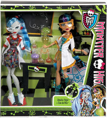 Monster-high-classroom-doll-2-pack-mad-science-lab-partners-cleo-de-nile-ghoulia-yelps-28 39819.1461148925.jpg