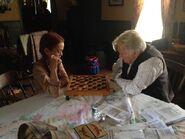 Ella Ballentine und Martin Sheen spielen Schach