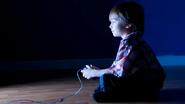 Chico jugar Controlador GameCube