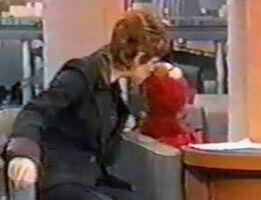 Reba McEntire kiss Elmo