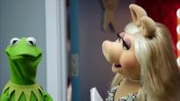 TheMuppets-S01E06-AwkwardKermit02