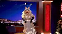 TheMuppets-S01E05-PiggyOnDesk