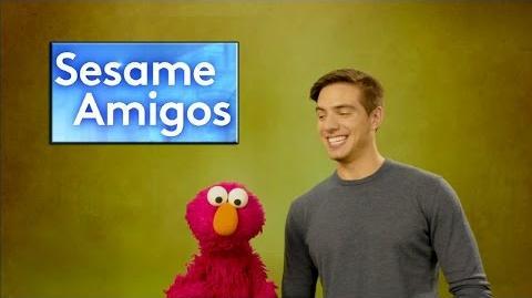 Elmo_tiene_un_problema_y_Vadhir_Derbez_lo_ayuda_a_resolverlo_en_Sesame_Amigos