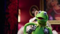 TheMuppets-S01E05-PiggyPuppeteeringKermit