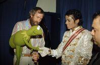 MichaelJackson-and-Kermit-Shake-Hands-(1984-VictoryTour)