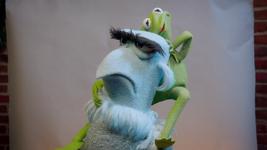 MuppetsNow-S01E01-PhotobomberClimb