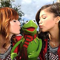 DisneyParksChristmasDayParade-Kiss-BellaThorne&Kermit&Zendaya-(2011)