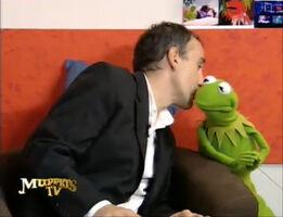 TF1-MuppetsTV-1.02-ElieSemoun-KermitKiss