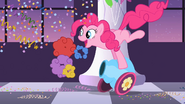 Pinkie Pie tire au canon de fête S2E09