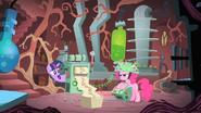 Twilight essaye de comprendre les prédictions de Pinkie Pie S1E15