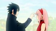 Sasuke cutuca Sakura (Anime)