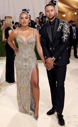 Rs 634x1024-210913163856-634-Stephen-Curry-Ayesha-Curry-2021-Met-Gala-Red-Carpet-Fashion-Arrivals.cm.jpg