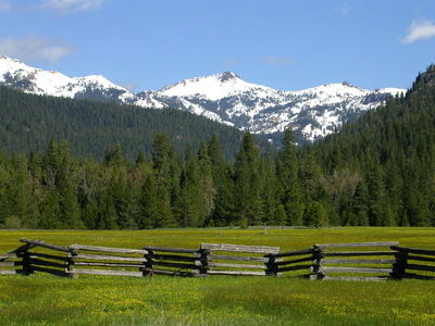 800px-Lassen meadow caldera.jpg