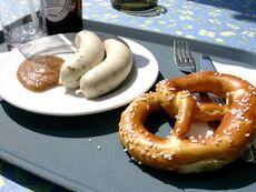 Weißwurst mit Laugenbrezel und Senf.jpg