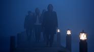 5x12 Pont des Enfers marche Gold devant Emma devant Henry Regina devant silhouette Robin des Bois