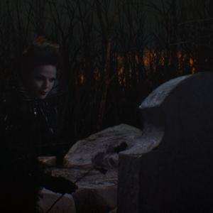 1x02 Méchante Reine Regina hommage rose noir deuil pierre tombale tombe Henry Sr père.png