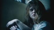 1x12 Belle French assise cellule chambre sous-sol hôpital service asile psychiatrique tête levée visage réveil surprise