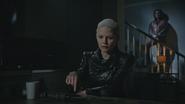 5x02 Emma Dark Swan Cygne Noir Ténébreuse maison cuisine dague du Ténébreux Rumplestiltskin ténèbres nuit
