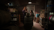 7x16 Lucy Kelly West préparation potion discussion cave Bar Roni