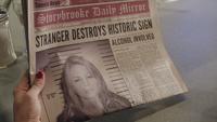 1x02 Storybrooke Daily Mirror page une édition du matin lundi 24 octobre 2011 Stranger Destroys Historic Sign Alcohol Involved
