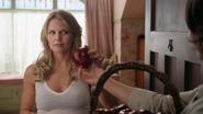 1x02 Emma Swan chambre Granny pomme Regina cadeau
