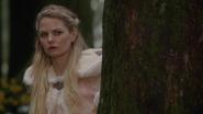 6x10 Emma Uchronie forêt derrière un arbre Plan 1 méfiance