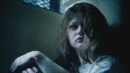1x12 Belle French assise cellule chambre sous-sol hôpital service asile psychiatrique visage intriguée défi