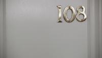 1x01 porte entrée maison Mills 108 référence bouton minutes LOST
