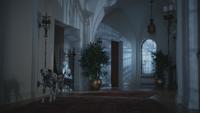 4x18 maison manoir demeure de Madeline Cruella d'Enfer chien dalmatien couloir sombre pénombre