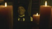 D1x01 Tall Man Holyoke visage piano bougies.png