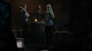 3x07 Killian Jones Neal Cassidy Emma Swan caverne de Neal bougie magique table