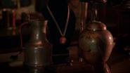 6x04 boutique d'antiquités collier de Mary