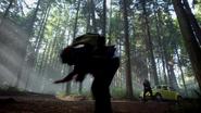 4x08 Henry Mills Emma Swan voiture jaune attaque magique perte de contrôle forêt